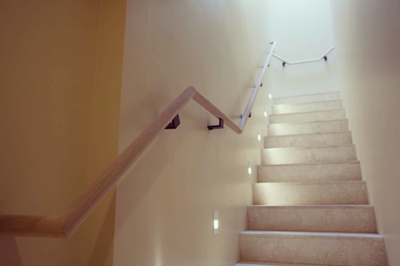 Modern-staircase-with-black-handrail-brackets