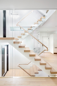 Modern-staircase-with-white-handrail-brackets