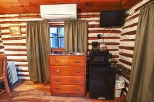 Cabin-5-bedroom-4-5b5f84a30bbd4-1140x759.jpg