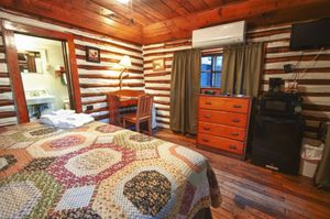 Cabin-5-bedroom-3-5b5f849da84ff-1140x758.jpg