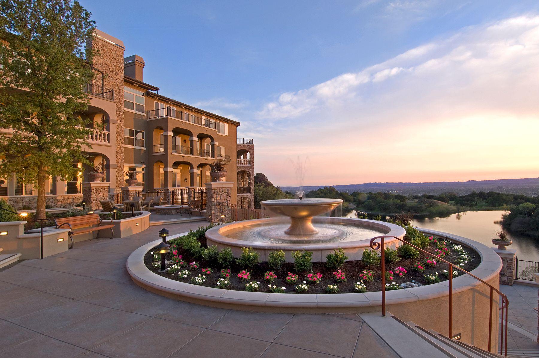 Varenna Sunset with fountain.jpg