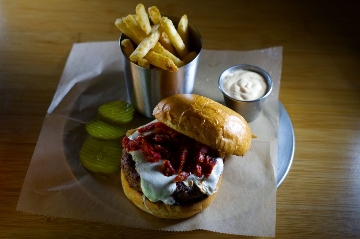 DSC05590+pesto+burger.jpg