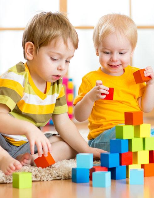 2 children playing with blocks